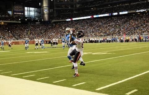 Earl Bennett makes a catch in front of Lions cornerback Chris Houston during the second half.
