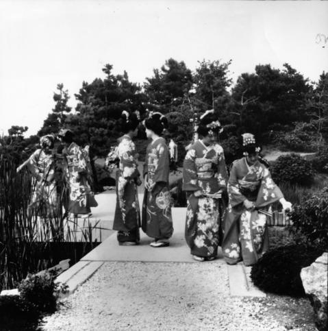 Aug. 23, 1982: Women dressed in traditional Japanese clothing admire the Botanic Garden's Japanese garden.