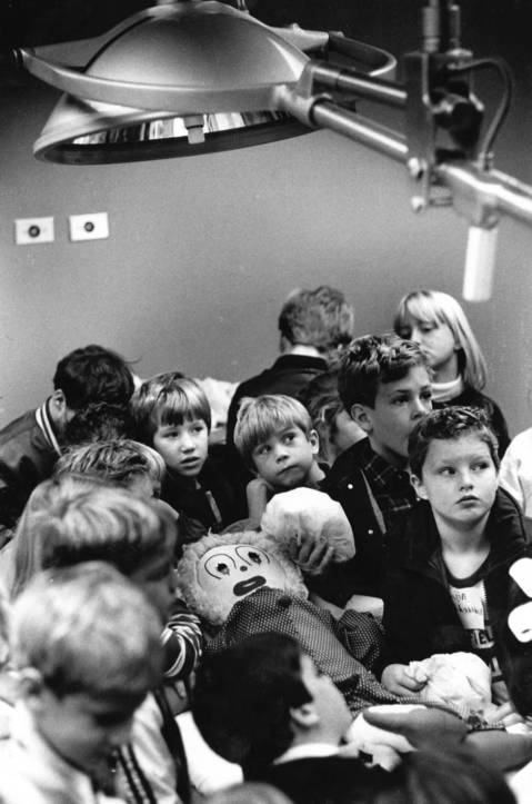 """Oct. 22, 1985: Second graders from Oak School in Hinsdale get a behind-the-scenes view of Bolingbrook Medical Center during a """"Pediatrics Tour"""" designed to ease children's fears of hospitals."""