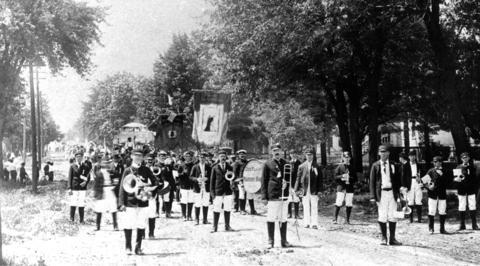 1907: The Des Plaines Military Band struts its stuff.