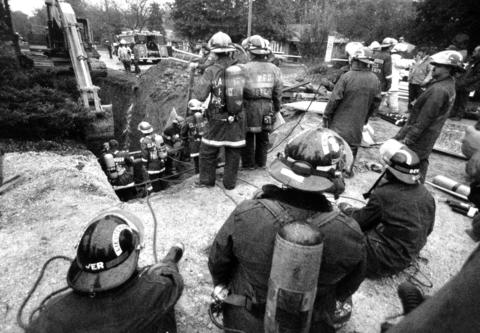 Oct. 20, 1989: Firefighters attempt to recover the body of sewer worker Manuel Valdovinos, 45, who was killed when a pile of dirt fell on top of him in a 26-foot-deep trench in Clarendon Hills.