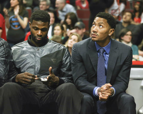 Nazr Mohammed and Derrick Rose on the bench during the final minutes.