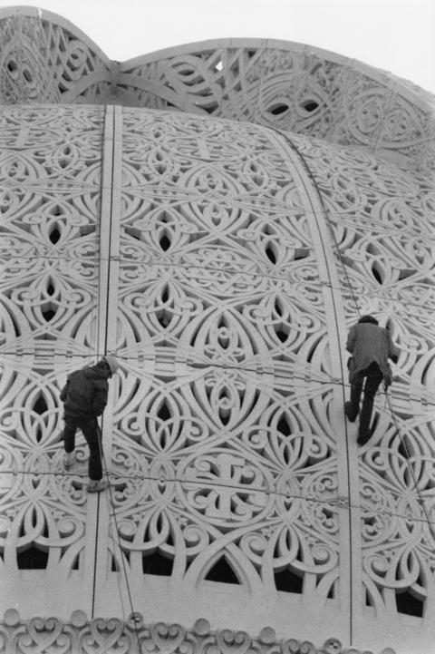 Oct. 23, 1990: Jens Von Krogh (left) and Mead Simon repel down the dome. They removed window coverings as part of cleaning and restoration of the temple's ornamental concrete facade.