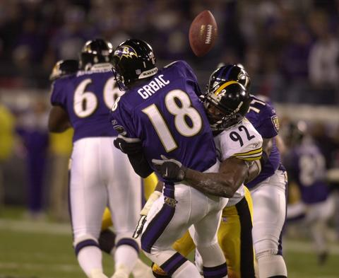 Kordell Stewart threw for a career-high 333 yards as rival Pittsburgh clinched the division title on the Ravens' home turf.