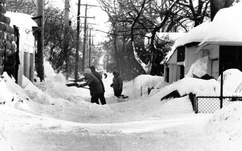 People shovel in an alley at Harvey Avenue and Jackson Boulevard in Oak Park on Jan. 15, 1979.