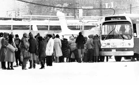 Frustrated commuters line up to board emergency shuttle buses called out by the CTA at Howard Street after ice on the tracks shut down trains between Wilson Avenue and the Linden terminal in Evanston from 6 to 9:15 a.m. on Jan. 18, 1979. Some had waited hours in the bone-chilling cold.