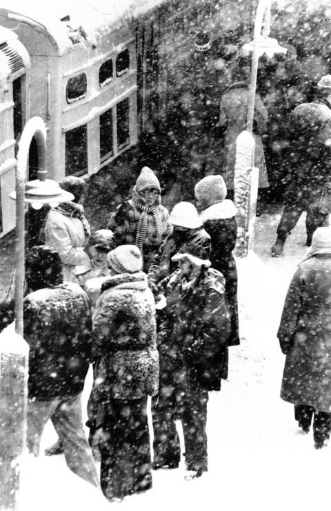 Snow pelts morning commuters waiting for alternate trains at the Belmont 'L' station on Jan. 24, 1979, while a disabled Ravenswood train stands by.