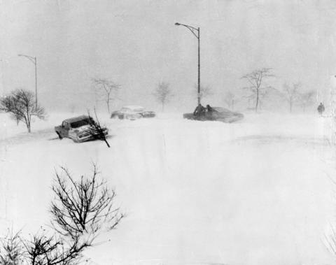 The heavy snowfall of the 1967 blizzard turned the landscape white and forced many motorists to leave their cars behind, as happened here on the Oakwood Drive entry to Lake Shore Drive.
