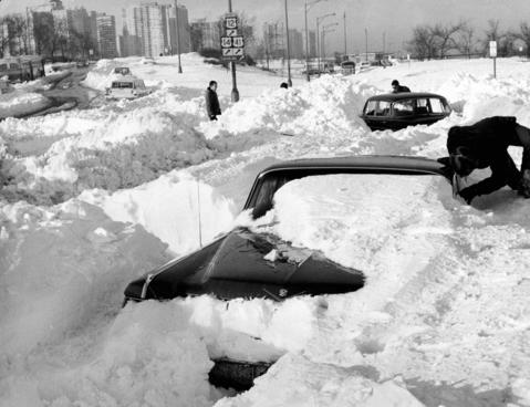 Motorists trying to leave snowbound Lake Shore Drive at Foster Avenue in January 1967 got no farther than the exit ramp when the big snow hit Chicago.