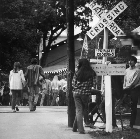 1971: Concertgoers flock to the entrance before a rock show.