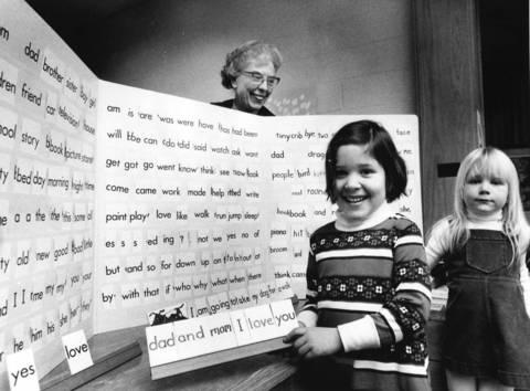 Eileen Wais teaches her kindergarten class how to form proper sentences at Greeley Elementary School in Winnetka in 1978.