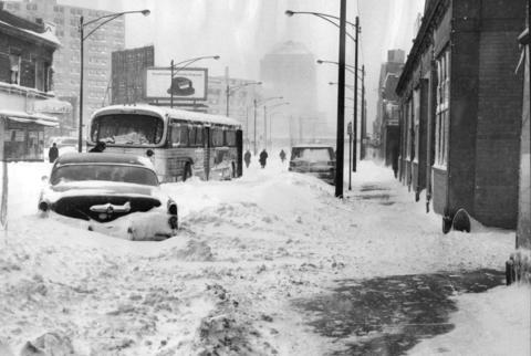Riders walk away from a stalled bus on Devon Avenue at Magnolia Avenue in Chicago on Jan. 27, 1967.