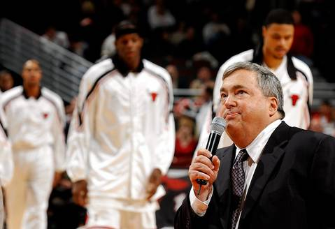 Jerry Krause is honored at halftime during the Bulls vs. Atlanta game in 2003.