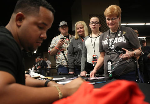 Fans line up to get autographs from Jose Abreu at SoxFest 2016.
