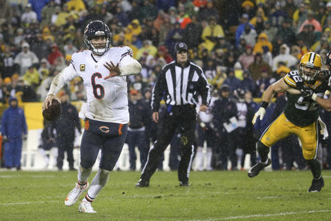 Jay Cutler looks for an open receiver during the second half against the Packers.