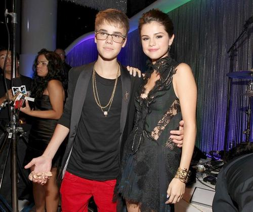 Pop star Justin Bieber came to the awards with a cold-blooded companion during his pre-show interview with host and girlfriend Selena Gomez. Perhaps his bright red pants and cheetah shoes were a sign of interesting things to come during this interview, which included him introducing Gomez to a snake named Johnson.<br> <br> But the topper was the totally awkward last-minute kiss he planted on Gomez before the cameras cut away. Smooth, Biebs. Real smooth.