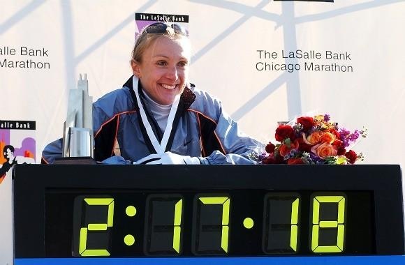 Paula Radcliffe and her world record time at the 2002 Chicago Marathon (Nancy Stone / Chicago Tribune)