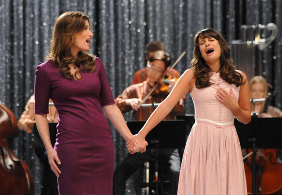 Idina Menzel guest stars on 'Glee.'