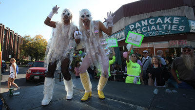 Lady Gag World entertains runners in the Boystown neighborhood. (Nancy Stone/Tribune)