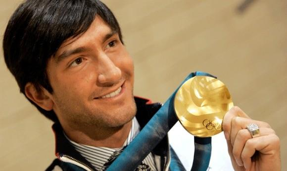 Evan Lysacek with his 2010 Olympic gold. (Chicago Tribune photo)