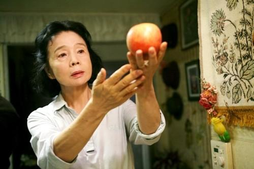 <i>Directed by Lee Chang-dong</i><br><br> A pensioner, played by Yun Jung-hee, takes a poetry class, copes with Alzheimer's and faces a decision involving her grandson, accused of rape. Heartbreaking.