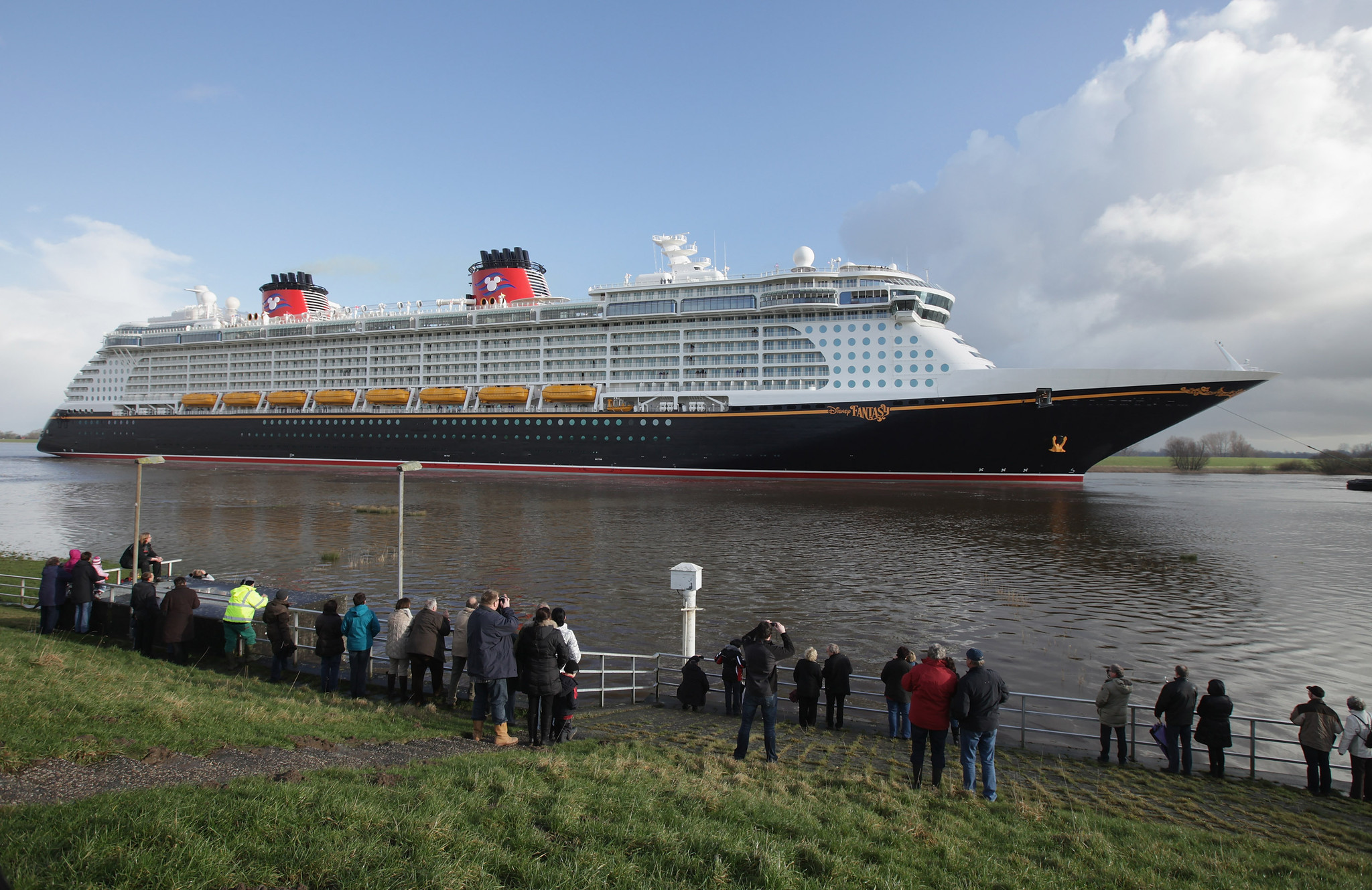 Florida Cruise Guide: Disney Fantasy pictures - Disney Fantasy leaves the shipyard