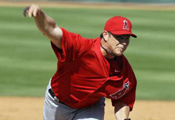 Jason Isringhausen delivers against the Cincinnati Reds in a spring training game.