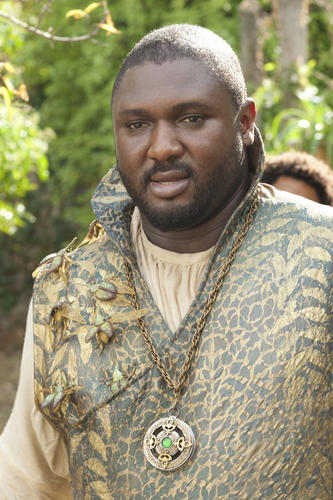 Daenarys encounters Xaro Xhoan Daxos (Nonso Anozie) at the gates of Qarth.