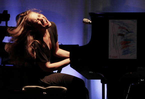 Fiona Apple in concert in 2006