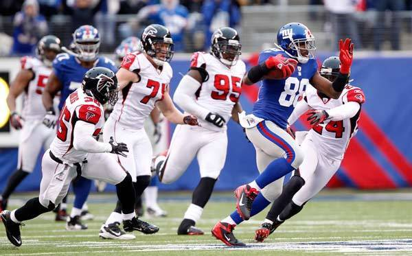 New York Giants wide receiver Hakeem Nicks runs away from Atlanta Falcons players.
