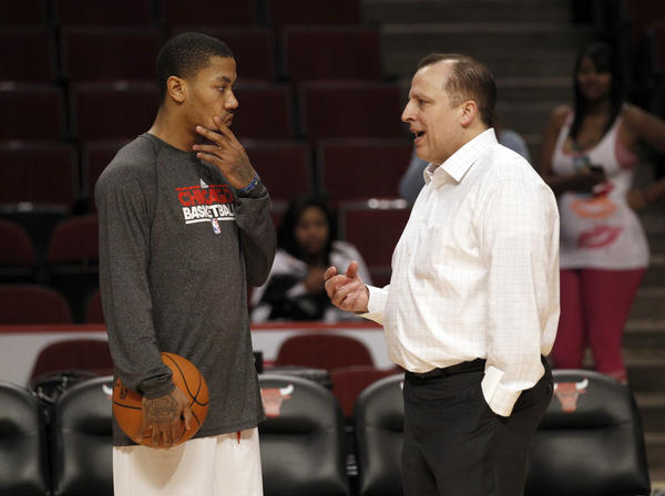 Derrick Rose chats with Tom Thibodeau.