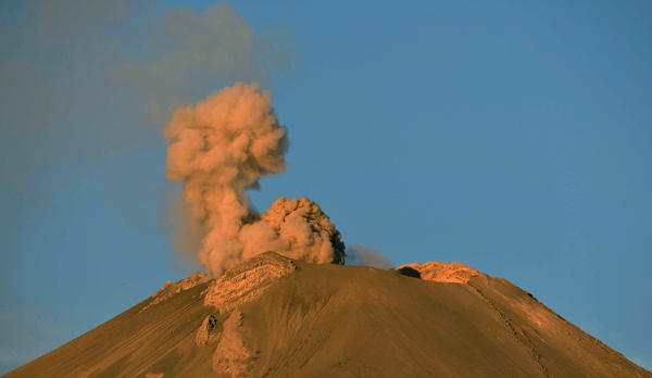 Ashes and smoke spew from the Popocatepetl Volcano in Paso de Cortes, in the Mexican central state of Puebla, on April 28, 2012. The volcano, Mexico's second highest peak at 5,452 metres, started rumbling and spurting high clouds of ash and steam on April 13, provoking the authorities to raise the alert to level five on a seven-point scale.   AFP PHOTO/Yuri CORTEZYURI