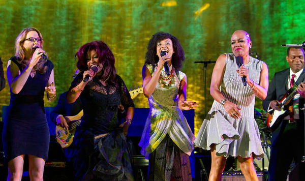 Musical greats (from left) Susan Tedeschi; Chaka Khan; Esperanza Spalding; Dee Dee Bridgewater and Robert Cray performing with Grammy-award winning singer, bassist and composer, Esperanza Spalding at the inaugural International Jazz Day Concert at UN Headquarters in New York.