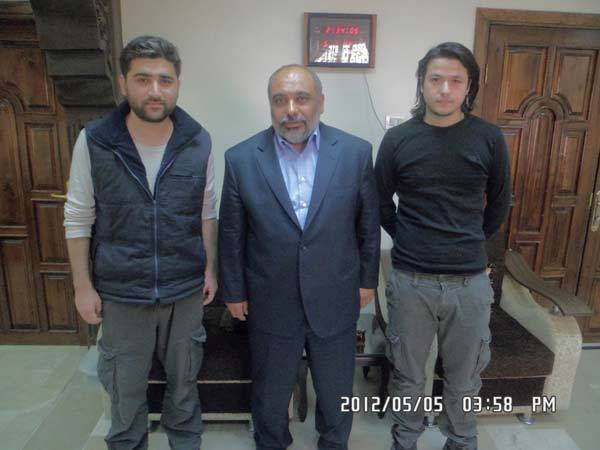 Turkish journalists, reporter Adem Ozkose (L) and cameraman Hamit Coskun (R) pose with the President of the Foundation for Human Rights and Freedoms and Humanitarian Relief (IHH) Fehmi Bulent Yildirim in Damascus.