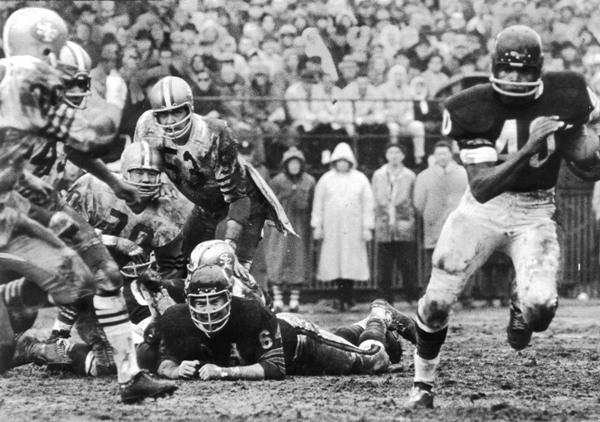 Vintage photos capture Wrigley Field moments in time: 1965: Gale Sayers runs against San Francisco