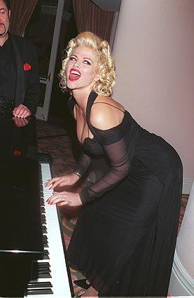 Anna Nicole Smith plays the piano at an Oscar party in March 1999.