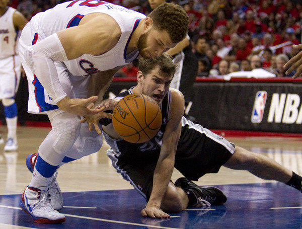 Clippers Blake Griffin and Spurs Tiago Splitter scramble for a loose ball.