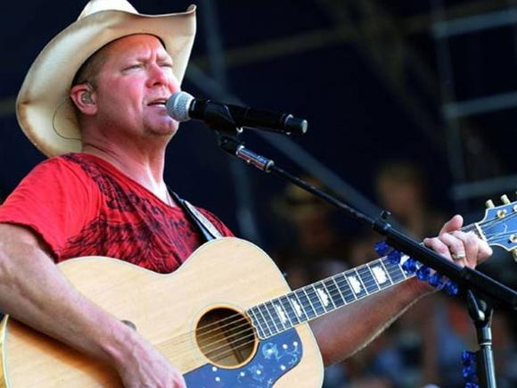 Tracy Lawrence will perform at the Isle of Wight fair in September.