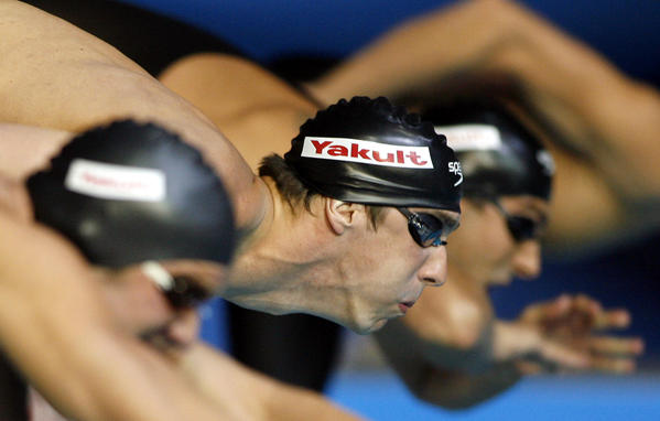 USA's Micheal Phelps, center, starts the men's 100m Butterfly final to win the gold medal at the World Swimming Championships in Melbourne, Australia, Saturday, March 31, 2007. At left is Venezuela's Albert Subirats Altes who finished third and at right is Serbia's Milorad Cavic who was sixth.  (AP Photo/Rob Griffith) ORG XMIT: AUSSW185