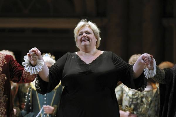 Stephanie Blythe takes a bow at a dress rehearsal at the Lyric Opera.