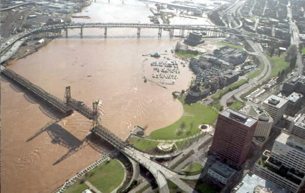 "The Willamette River threatens to flood downtown <a class=""taxInlineTagLink"" id=""PLGEO100100204141250"" title=""Portland (Multnomah, Oregon)"" href=""/topic/us/oregon/multnomah-county/portland-%28multnomah-oregon%29-PLGEO100100204141250.topic"">Portland</a> in Oregon in February 2009."