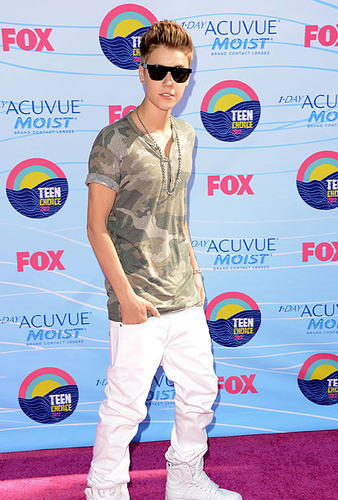 Justin Bieber arrives at the 2012 Teen Choice Awards held at the Gibson Amphitheater in Universal City.