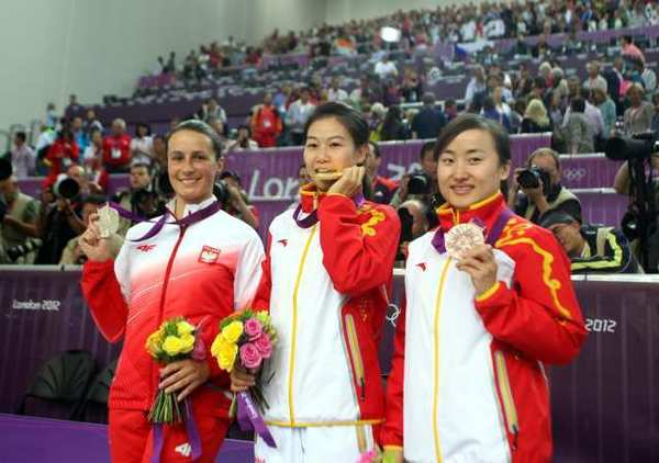 Gold medalist Yu Siling, center, stands with silver medalist Sylwia Bogacka, left, and bronze medalist Yu Dan.