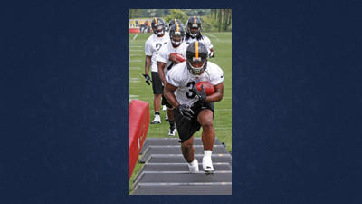Pittsburgh Steelers running back Isaac Redman leads the backs through a drill during practice at training camp in Latrobe.