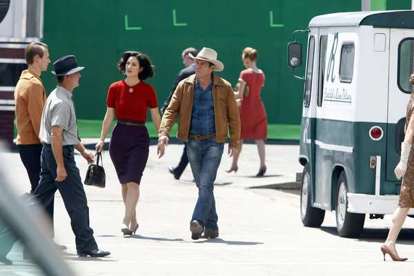 Carrie-Anne Moss walks with Dennis Quaid on the set.