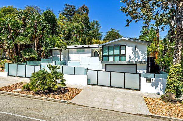 Actor and stand-up comic Jamie Kennedy is looking for a buyer for his Los Feliz home.