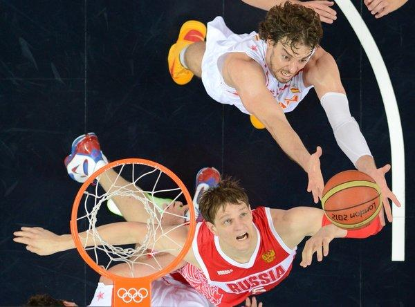 Pau Gasol goes for the ball