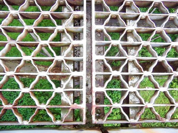 Could these steel grates on the Hokendauqua-North Catasauqua Bridge have been installed upside-down?