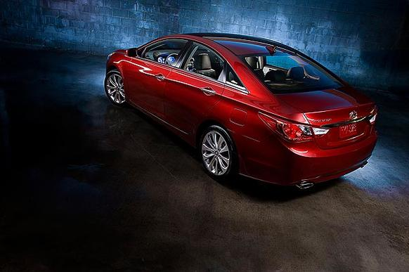 The 2011 Hyundai Sonata offers a trunkful of amenities, great gas mileage, a generous warranty and sporty looks. The experience behind the wheel doesn't measure up.
