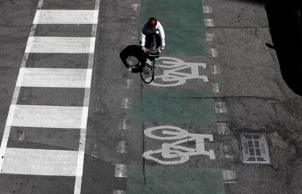 A bicyclist travels West Kinzie Street on Tuesday. The days of low-cost city riding could disappear when Mayor Rahm Emanuel gets a look at a proposal being offered by a noted urban political theorist and newspaper columnist.
